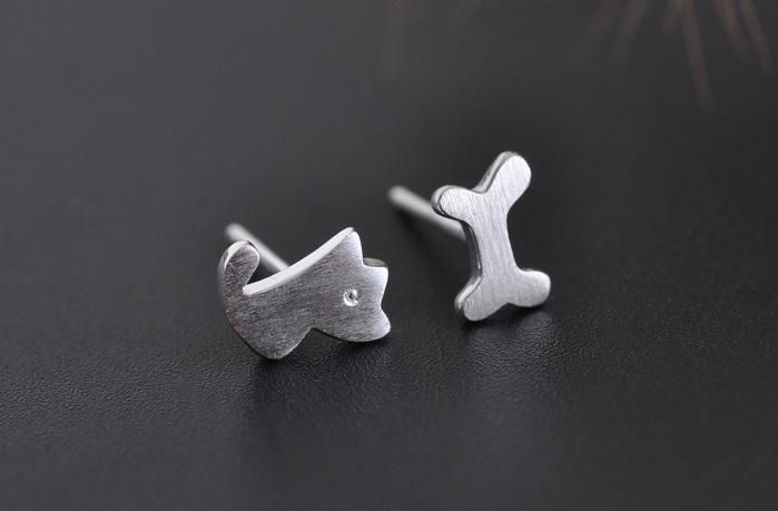 925纯银饰品 超萌拉丝小狗骨头不对称耳钉 可爱素银狗狗耳饰 女