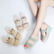 2017 summer new female fashion wear slippers slope with thick soles outdoor all-match high-heeled slippers.
