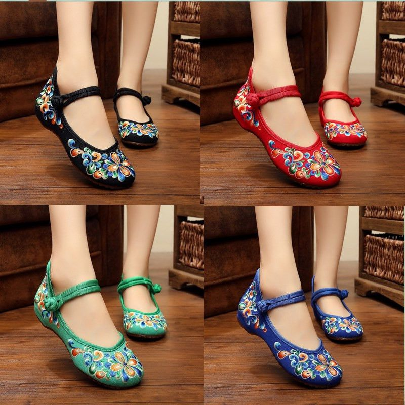 Shoes with embroidered shoes old Beijing folk style dancing shoes antique goose women shoes wedding shoes at the end of the green-red