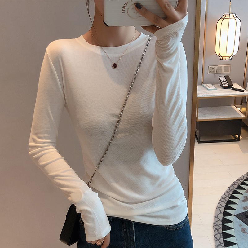 The long-sleeved T-shirt wore a casual white top with a simple plush plush tight round collar