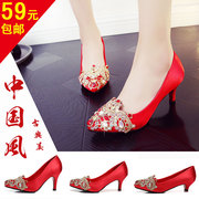 Show the classic red high heels wedding shoes Silk Satin crystal with the bride's shoes on the toast