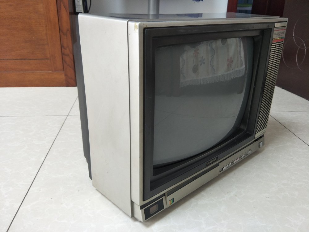 Degree dont turn on there are snowflakes nostalgic beautiful Toshiba 17-inch old color TV should also be able to see Oh