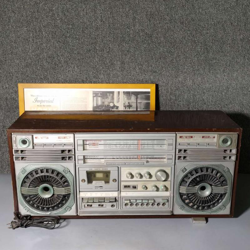 Old Shanghai red light brand old semiconductor transistor radio cassette recorder wooden shell pendulum in the 1980s