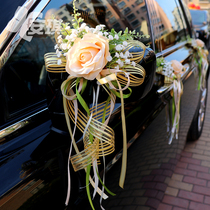 The wedding car is decorated with gold champagne snow yarn bows and Rolls-Royce Howe team dedicated to Western wedding arrangements.
