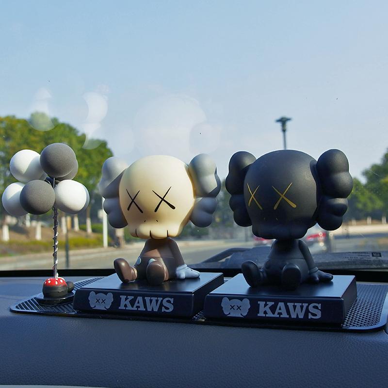 Voiture ornements KAWS KAWS net rouge tendance poupée secouant sa tête personnalité mignon créatif voiture voiture décoration intérieure fournitures