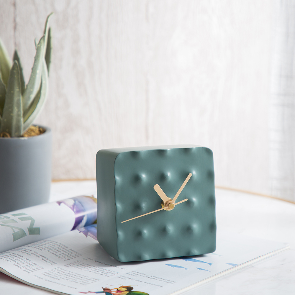 2019 new geometric seat pendulum pieces environmental protection resin crafts bean sand green tabletop clock home accessories