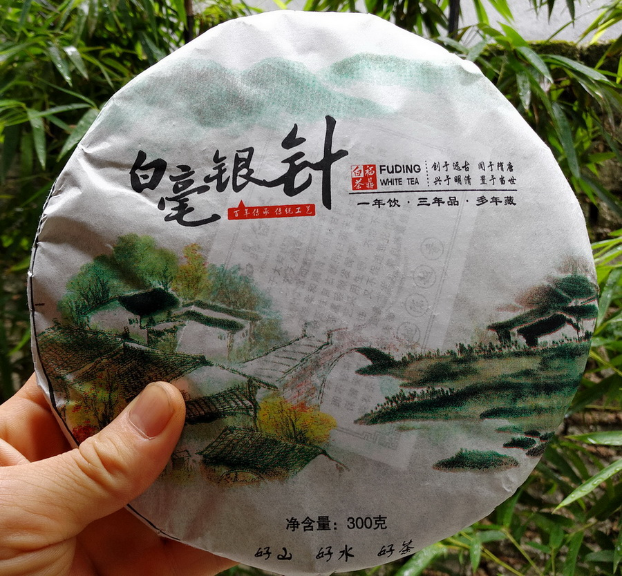 Wuliangye authentic Fuding White Tea, the first day of 2015, bud cake, Tai Grandma Baihao Silver Needle old white tea gift box